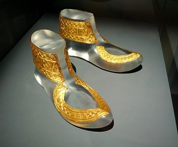 800px-Hochdorf_golden_shoes_ornaments 350